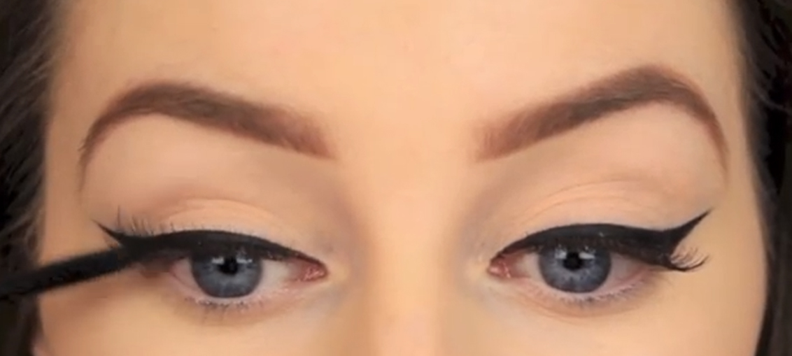 Eye makeup how to draw the perfect winged eyeliner clothes eye makeup how to draw the perfect winged eyeliner ccuart Images